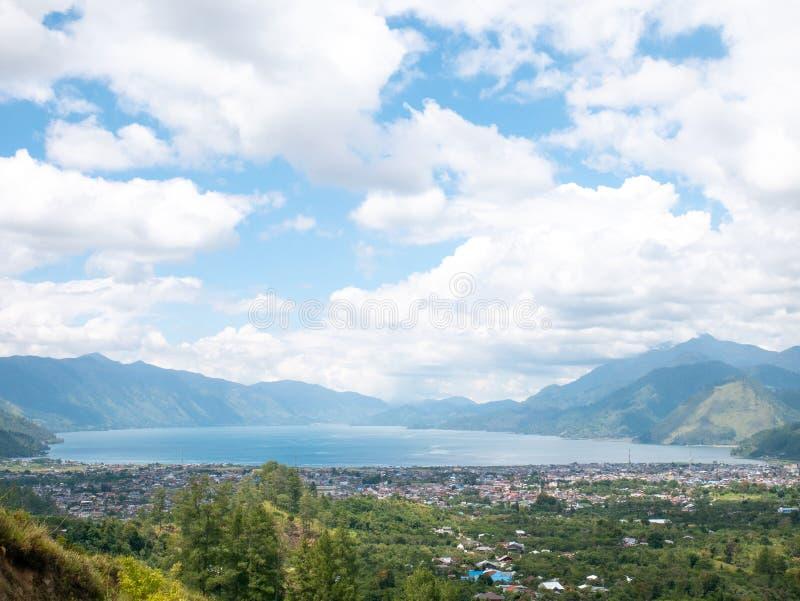 城市看法在湖附近的在湖Lut Tawar Takengon,亚齐,印度尼西亚 库存照片