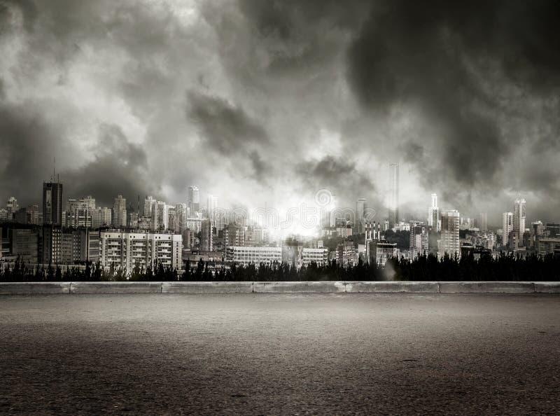城市看法风雨如磐的天空背景的 免版税库存图片