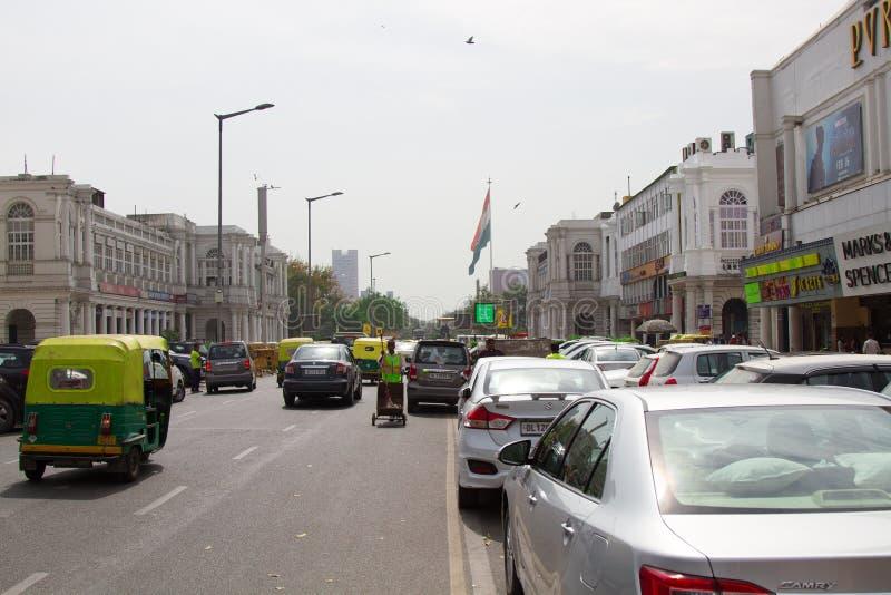城市老街道有古典建筑大厦的在德里 免版税库存照片