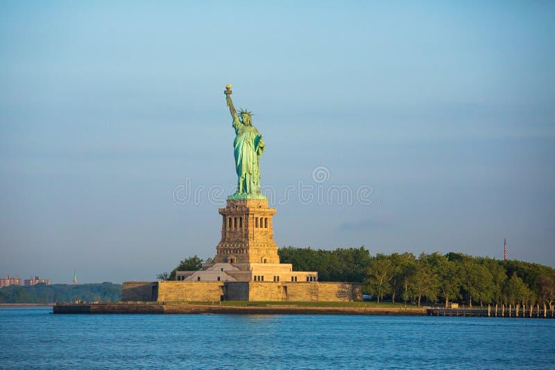 城市自由newyork雕象日落 免版税库存照片