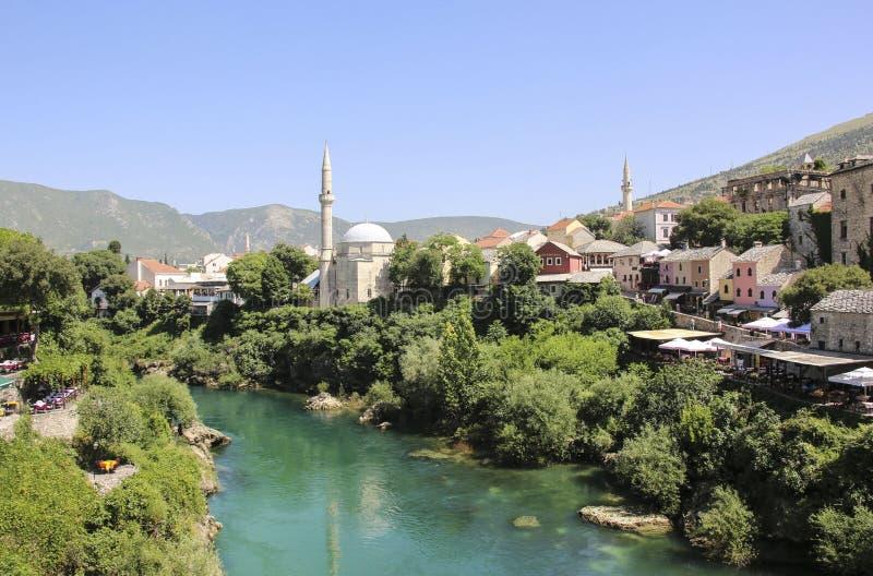 城市莫斯塔尔,内雷特瓦河河和老清真寺,波黑的美丽的景色 图库摄影