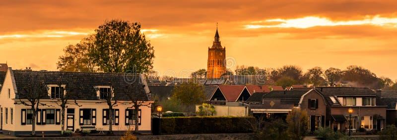 城市莱尔丹地平线视图日落的荷兰,一个典型的荷兰城市 免版税图库摄影