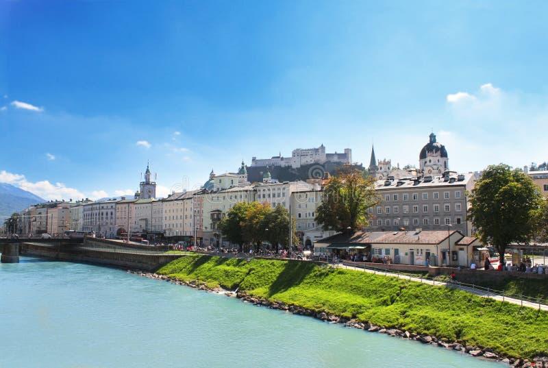 城市萨尔茨堡和萨尔察赫河河,奥地利看法  库存图片