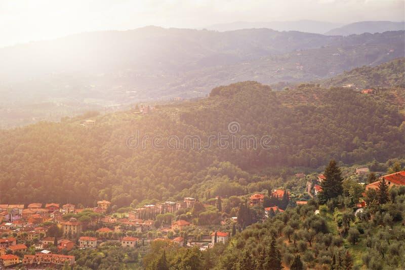 城市蒙泰卡蒂尼泰尔梅全景在托斯卡纳在夏天意大利,欧洲 免版税库存照片