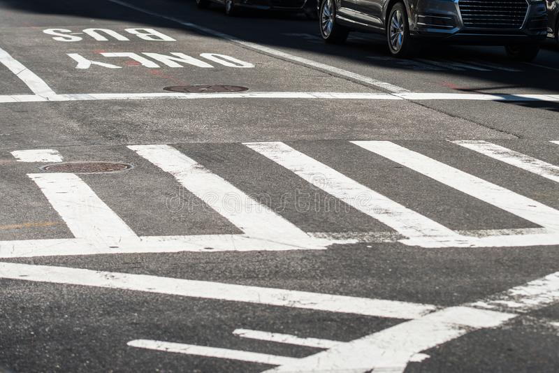 城市街道交叉点柏油路的行人穿越道有标号线和标志的 免版税库存照片