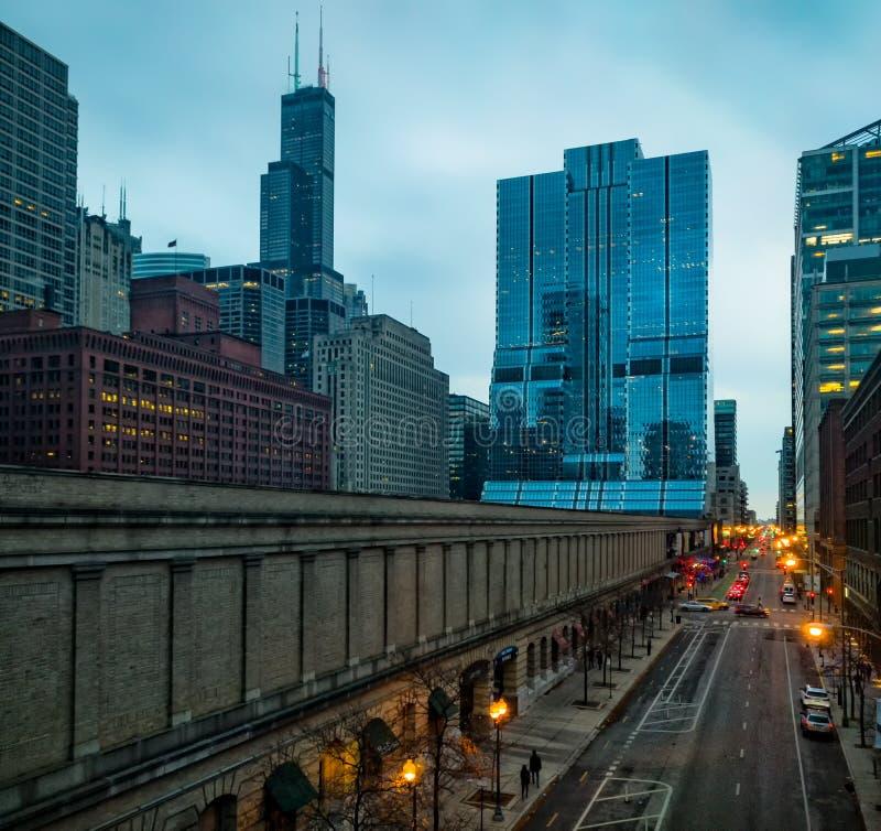 城市街道在芝加哥,美国 克林顿街在西方圈邻里 都市的场面 免版税库存图片