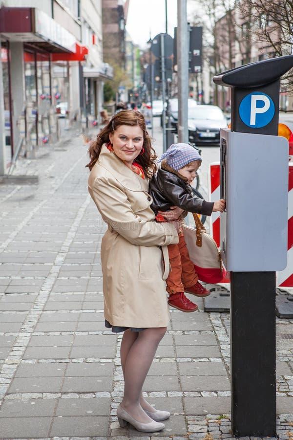城市街道的新母亲和小孩男孩 免版税库存照片