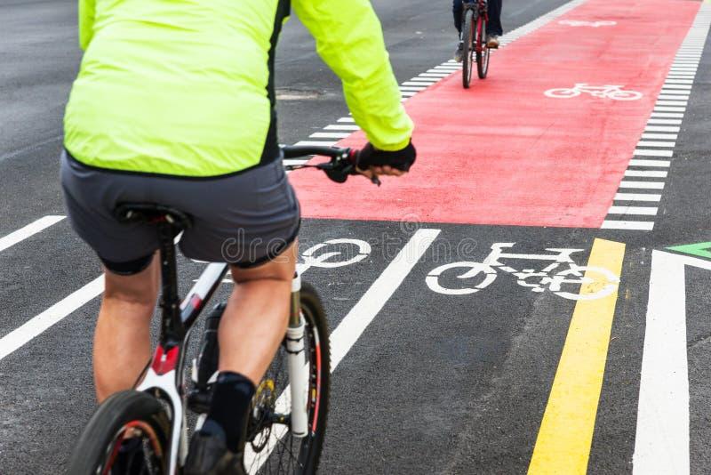 城市街道的骑自行车者 库存图片