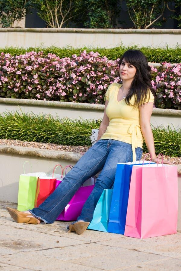 城市购物的疲乏的妇女 免版税图库摄影