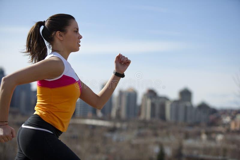 城市跑步的妇女年轻人 免版税库存图片