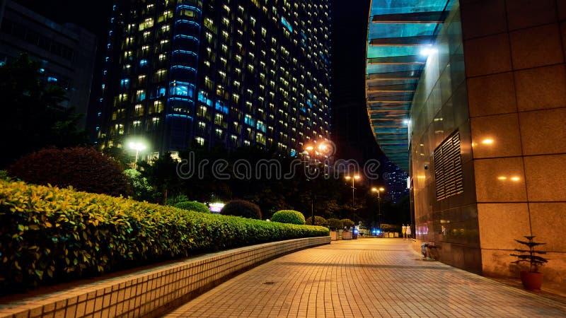 城市边路街道视图夜场面 库存图片
