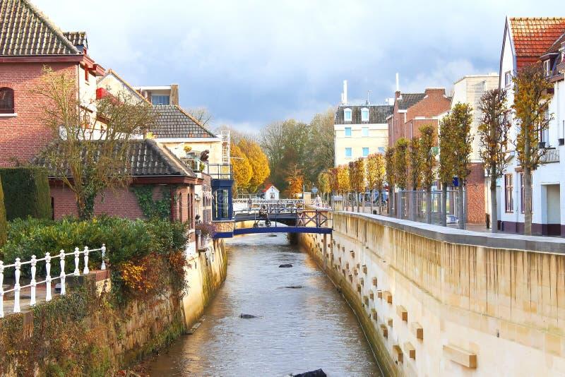城市运河在Valkenburg。 免版税库存图片