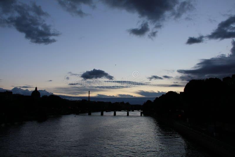 城市进入了夜生活,但是天空慢慢地退色 免版税库存照片