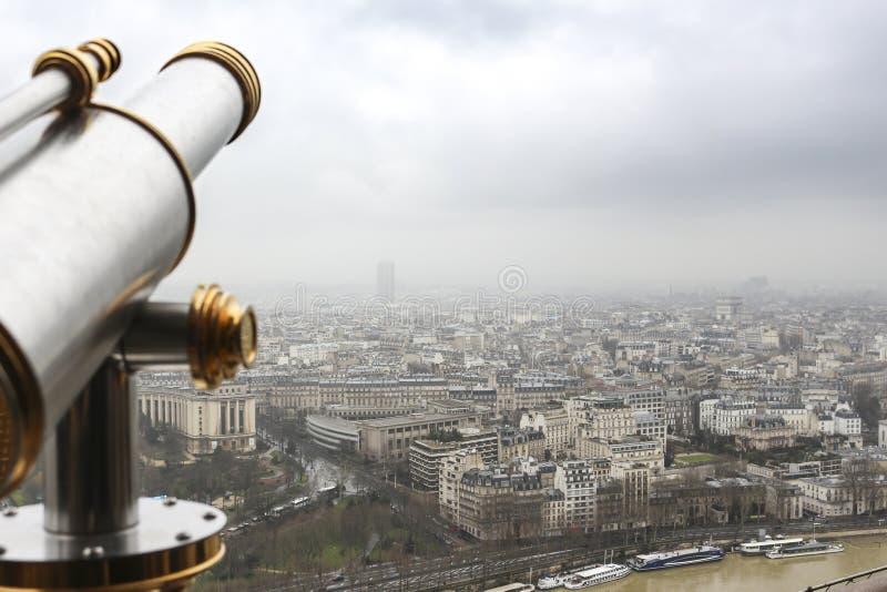 城市都市的巴黎从上面-从有望远镜的艾菲尔铁塔-,天空和大厦 免版税库存照片