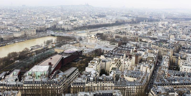 城市都市的巴黎从上面-从艾菲尔铁塔-,天空和大厦 库存照片