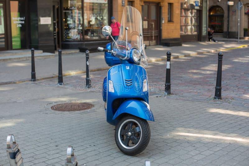 城市里加,拉脱维亚共和国 一辆蓝色滑行车在街道上站立 2019? 24 7? 免版税库存图片