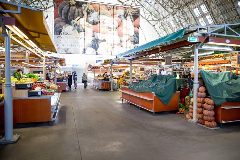 城市里加,拉脱维亚共和国 与出纳员的主要市场,人买食物 4?29? r 免版税库存照片