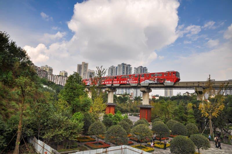 城市铁路和红色火车 库存照片