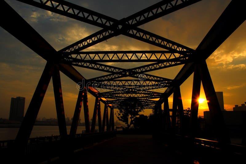 城市铁结构-桥梁线-暗藏的上海 库存照片