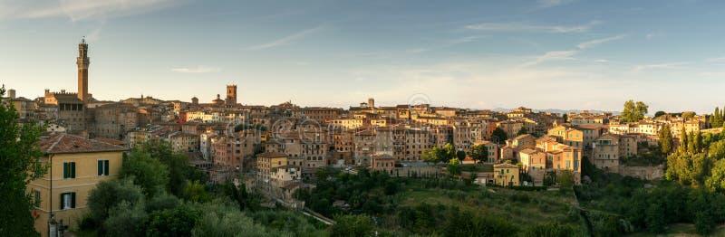 城市锡耶纳,托斯卡纳,意大利日落全景  库存照片