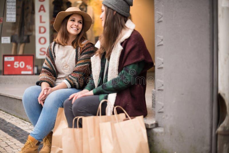 城市长凳的朋友 免版税库存照片