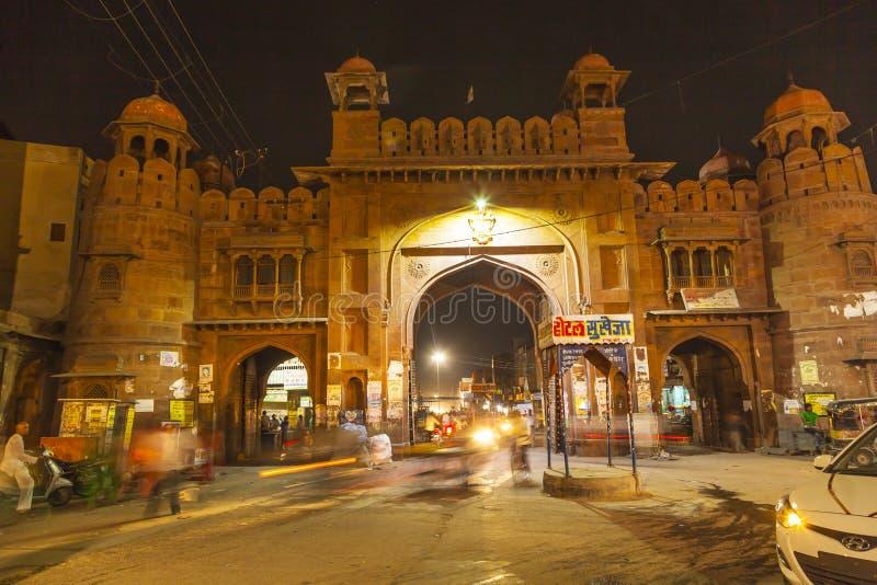 城市门在夜之前在老镇比卡内尔在拉贾斯坦,印度 免版税库存照片