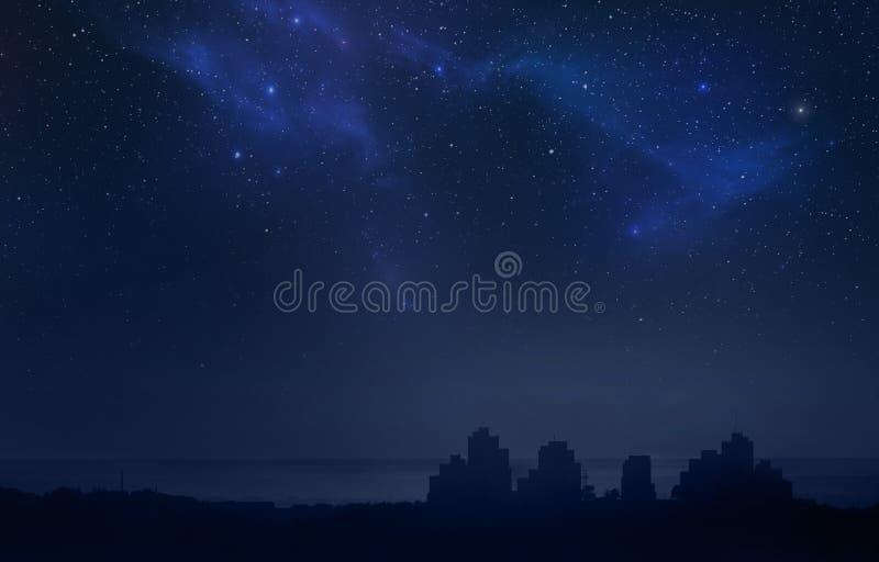 城市风景在晚上-满天星斗的天空 免版税库存照片