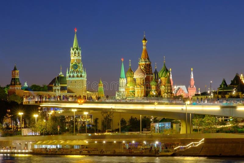城市风景有在高昂桥梁的夜视图在Zaryadye和红场在莫斯科 免版税库存照片