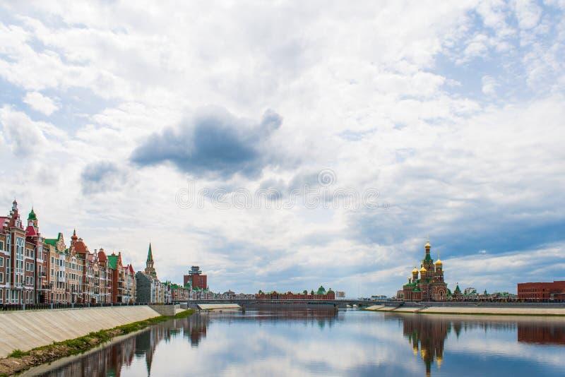 城市风景有布吕根看法和通告的大教堂,在佛兰芒样式建造的房子 共和国桃莉 免版税图库摄影