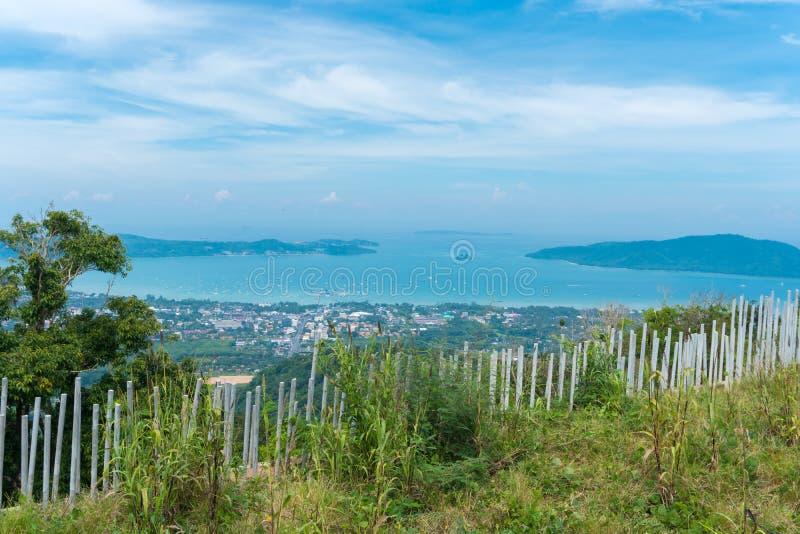 城市风景靠岸有蓝天背景在普吉岛,泰国 免版税库存照片