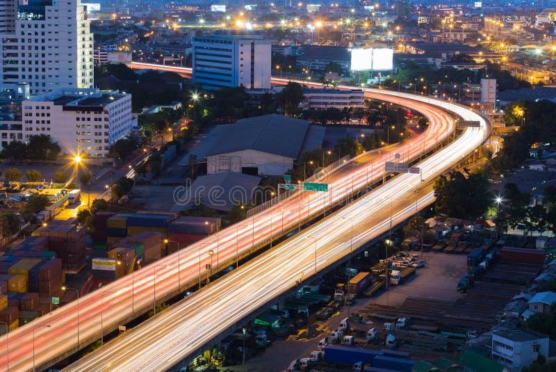 城市高速公路弯曲在夜长的曝光 图库摄影