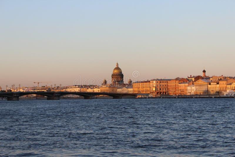 城市,桥梁和河的圣彼德堡全景从圣以撒大教堂的日落的 免版税库存图片