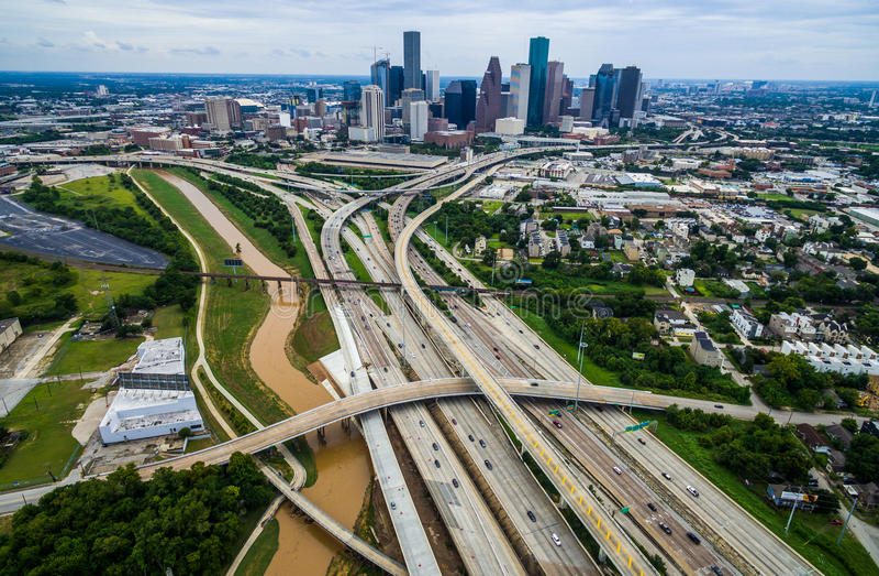 城市延伸桥梁和天桥高空中寄生虫视图在休斯敦得克萨斯都市高速公路视图 免版税库存图片