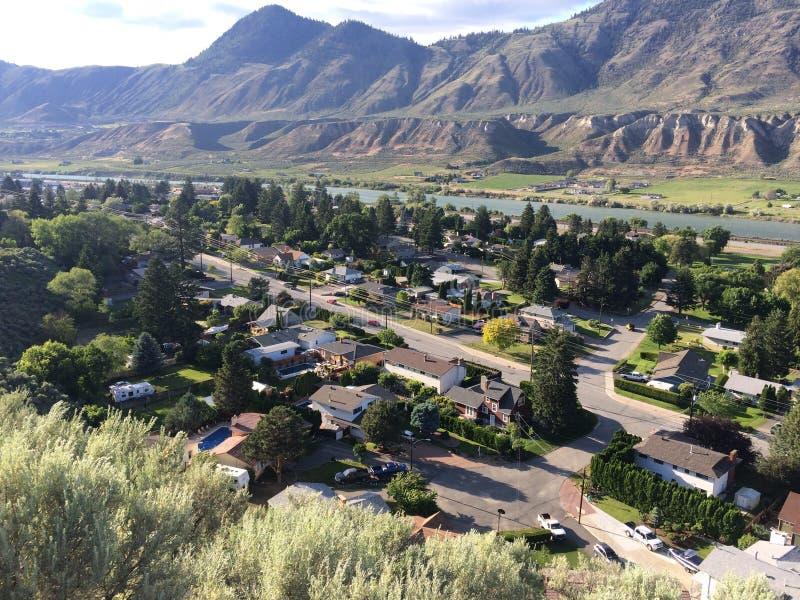 城市邻里的山景 免版税库存图片