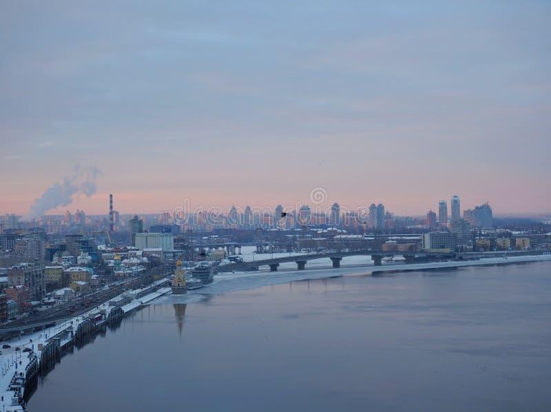 城市` s地平线 盛大全景有冷的颜色的基辅乌克兰 库存照片