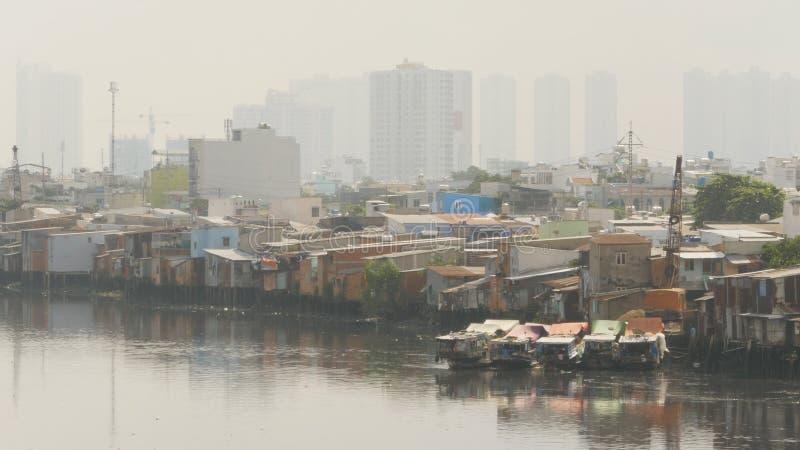 城市` s贫民窟的看法从河的 库存照片