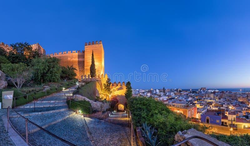 城市Alcazaba堡垒地平线和墙壁在阿尔梅里雅 免版税图库摄影