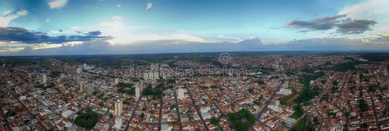 城市Botucatu -圣保罗,巴西的全景照片日落的- 免版税图库摄影