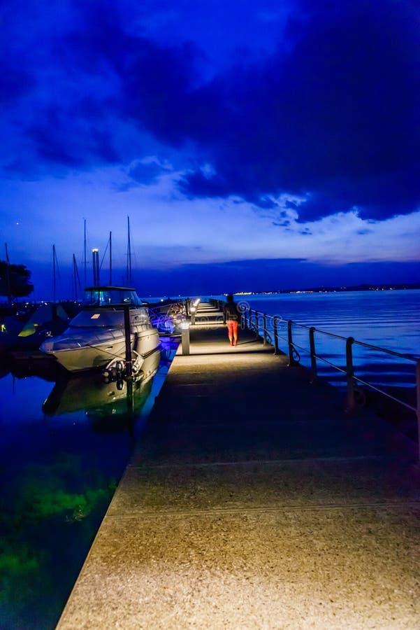 城市Bregenz的口岸博登湖的在夜之前 库存图片