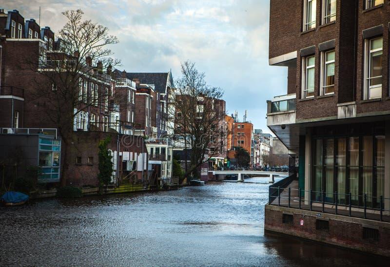 从城市brige的一般风景视图在渠道&阿姆斯特丹居民住房  免版税库存图片
