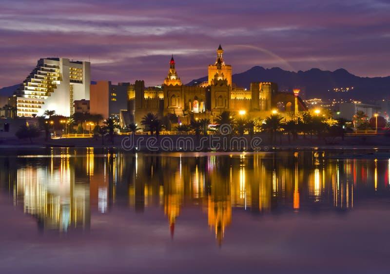 城市eilat旅馆以色列晚上手段视图 库存照片
