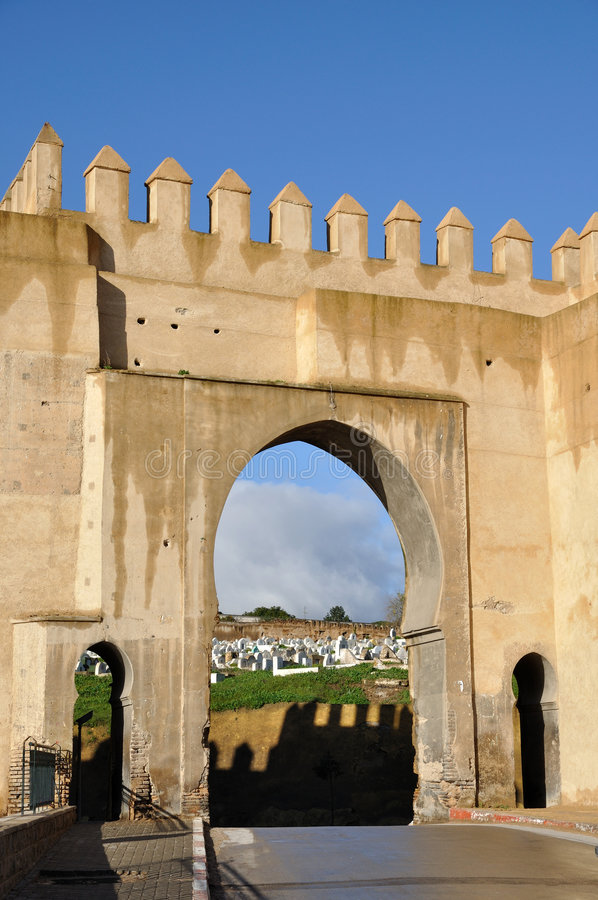 城市fes给中世纪摩洛哥装门 库存照片