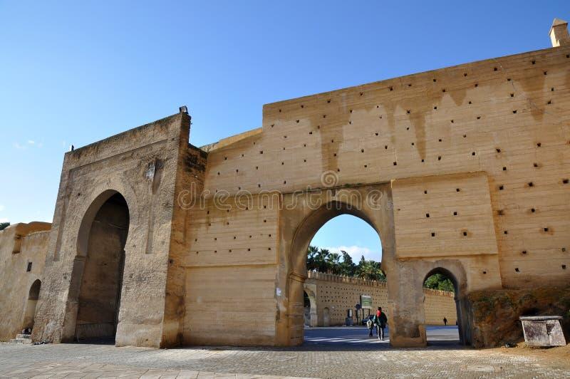 城市fes给中世纪摩洛哥装门 免版税库存图片