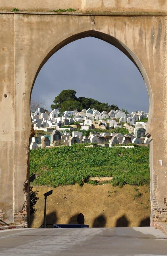 城市fes给中世纪摩洛哥装门 库存图片