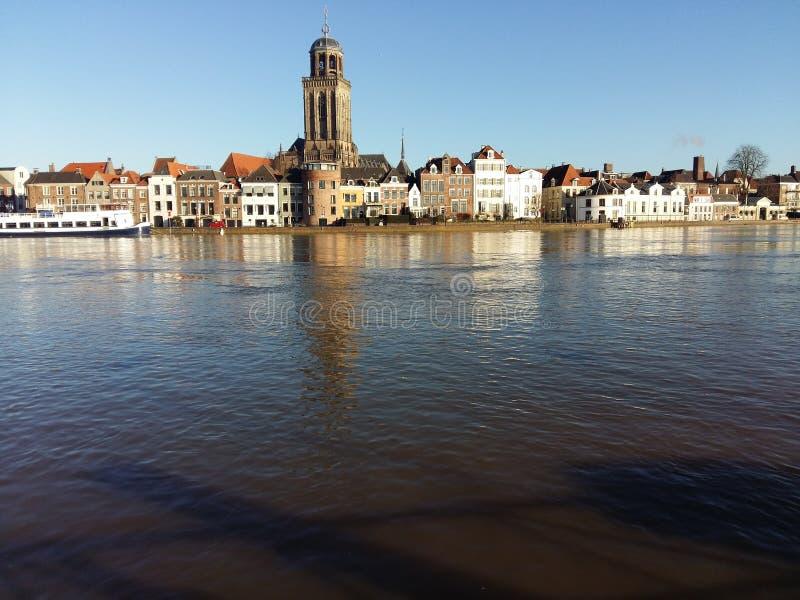 城市scape被充斥的河deventer 库存照片