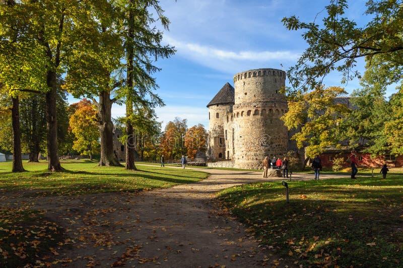 城楼和城堡废墟围墙在Cesis镇,拉脱维亚 图库摄影