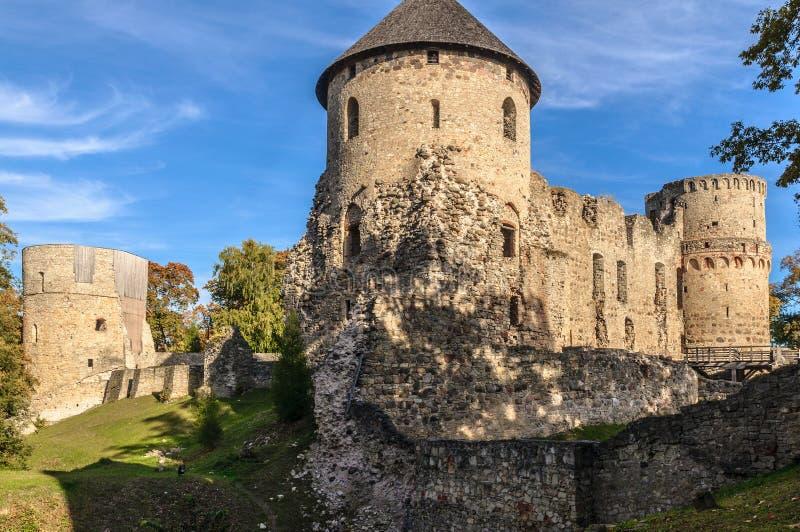 城楼和城堡废墟围墙在Cesis镇,拉脱维亚 免版税图库摄影