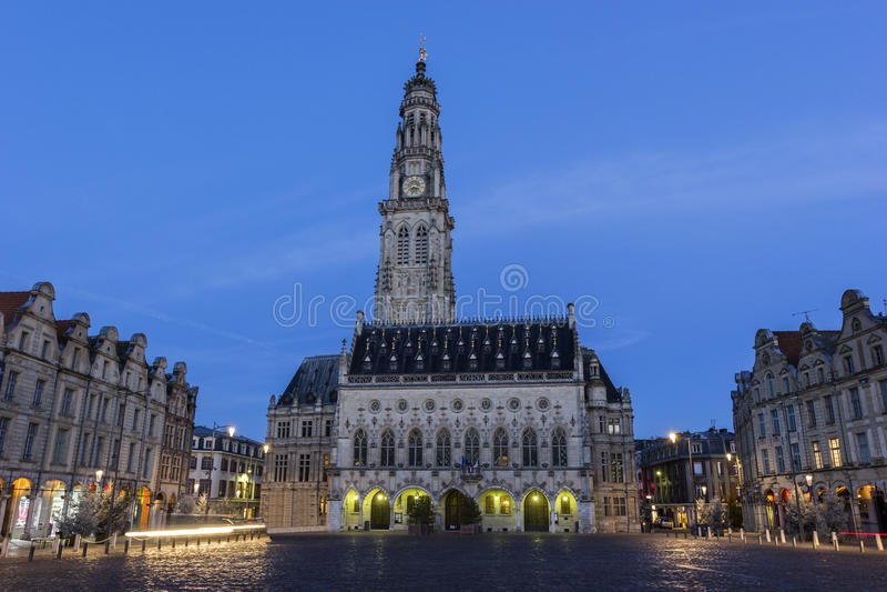 Download 城镇厅和它的在花的钟楼在法国 库存照片. 图片 包括有 安排, 西班牙语, 外部, 黎明, 拱道, 大厅 - 72358814