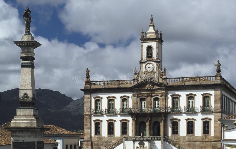 城镇厅和Tiradente的雕象在欧鲁普雷图,巴西 免版税库存照片