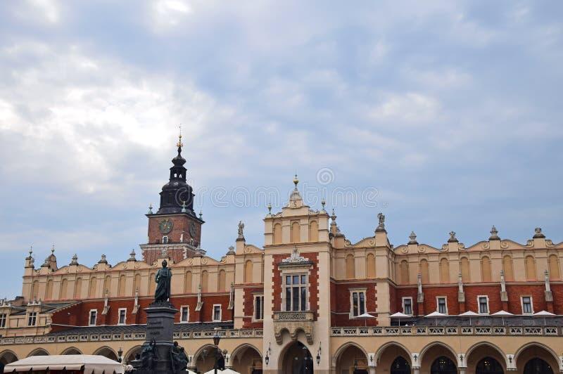 城镇厅塔和布料霍尔在克拉科夫,波兰 免版税库存照片